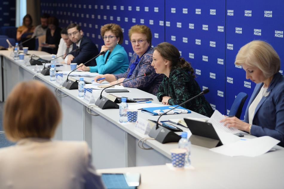 Анна Кузнецова: необходимо не просто помочь многодетным семьям, а защитить право российской семьи на многодетность