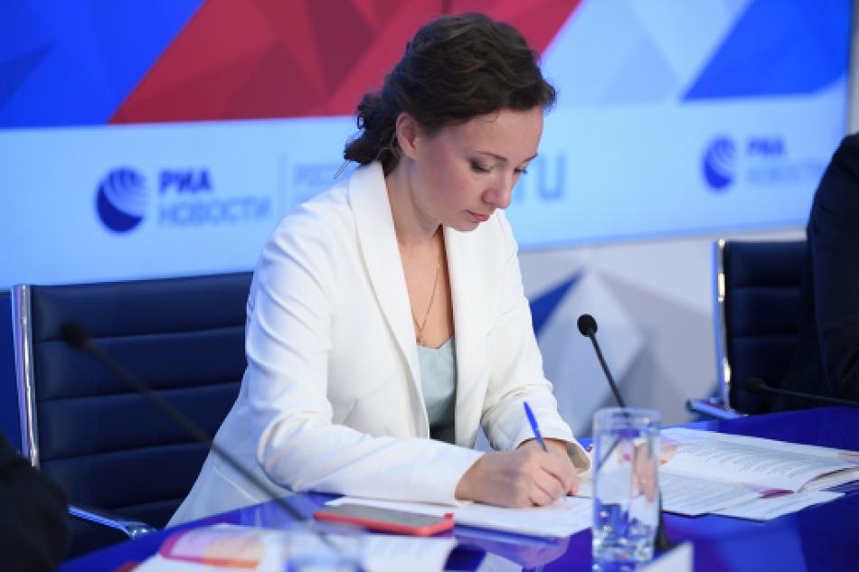 Анна Кузнецова внесла предложения по профилактике выпадения детей из окон