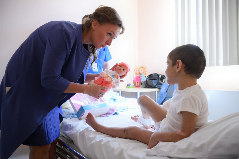Анна Кузнецова навестила в больнице Айшу после операции