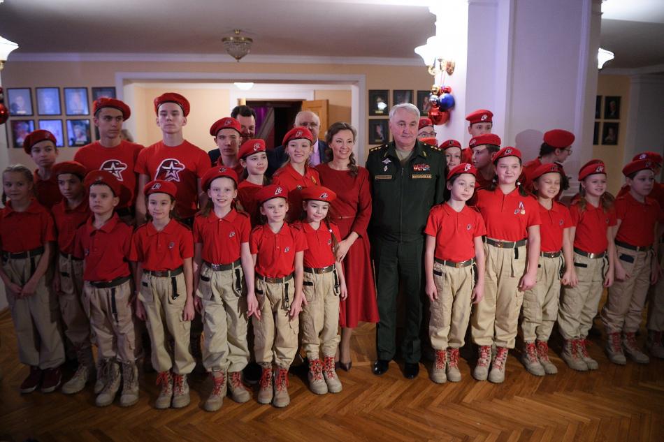 Анна Кузнецова поздравила юнармейцев с наступающим Новым годом