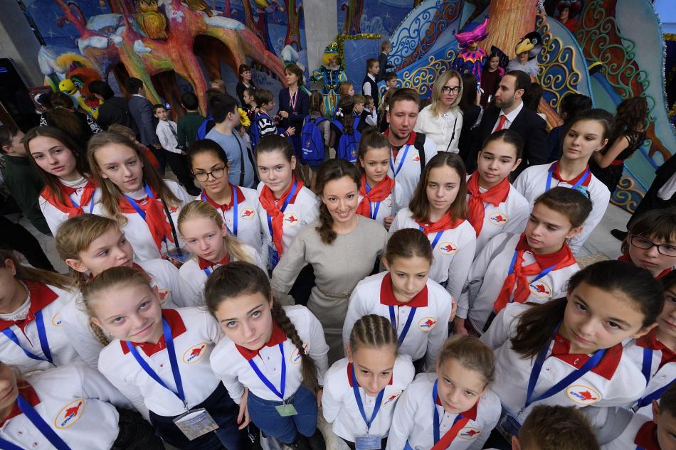 Анна Кузнецова привела на Кремлевскую елку детей-героев и детей-инвалидов из разных регионов страны