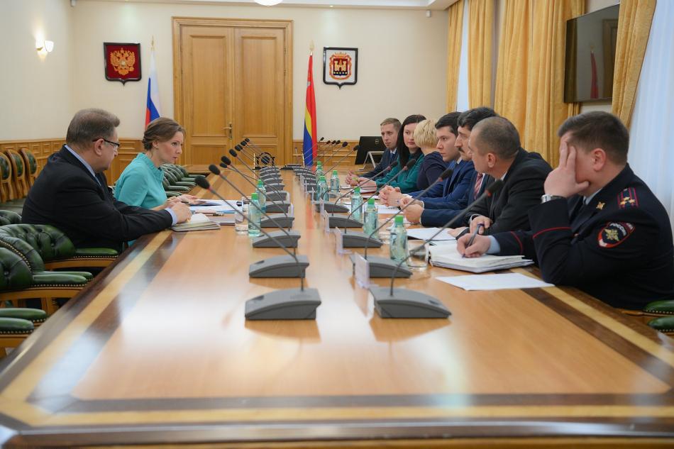 Детский омбудсмен и Губернатор Калининградской области обсудили вопросы профилактики преступлений против несовершеннолетних