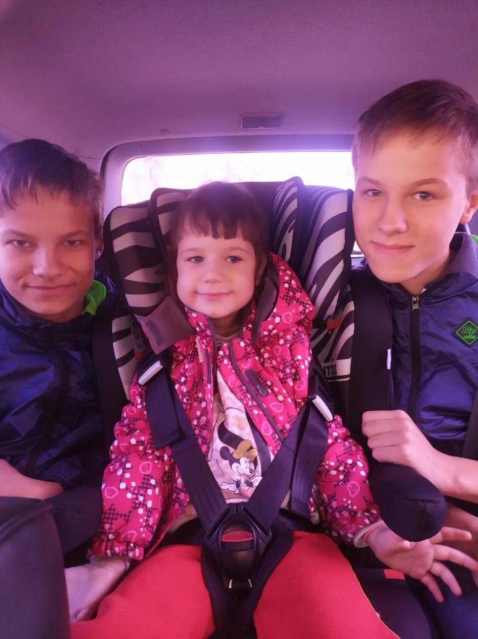 Маленькая тверская семья воссоединилась у приемных родителей