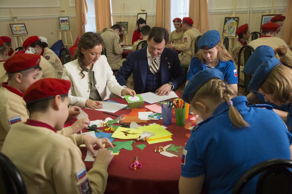 Анна Кузнецова и Роман Романенко с юнармейцами написали письма солдатам
