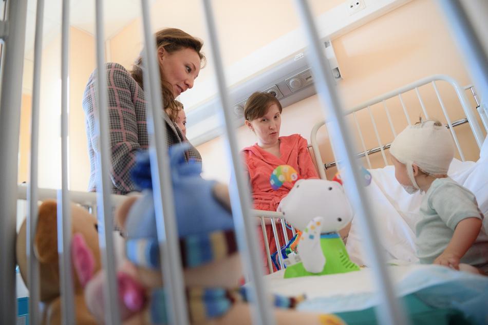Детский омбудсмен навестила детей в больницах