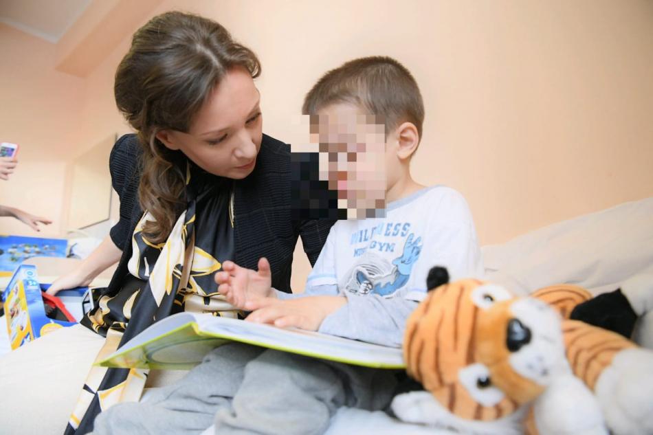 Анна Кузнецова навестила в больнице детей, оставленных ранее отцом в аэропорту