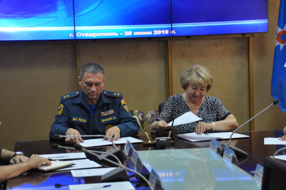 Уполномоченный по правам ребенка в Ставропольском крае и  начальник ГУ МЧС России по Ставропольскому краю подписали соглашение о взаимодействии и сотрудничестве