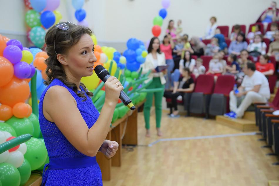В День защиты детей Анна Кузнецова поздравила маленьких пациентов «НМИЦ здоровья детей» и посетила фестиваль «Мультимир»