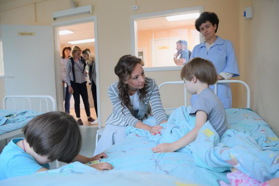 Анна Кузнецова навестила детей в Морозовской больнице
