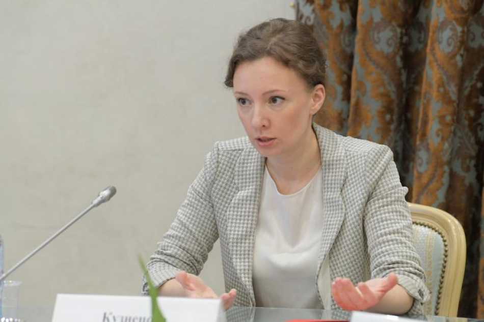 Анна Кузнецова помогает многодетной семье решить вопрос с перевозкой детей в отдаленный детский сад