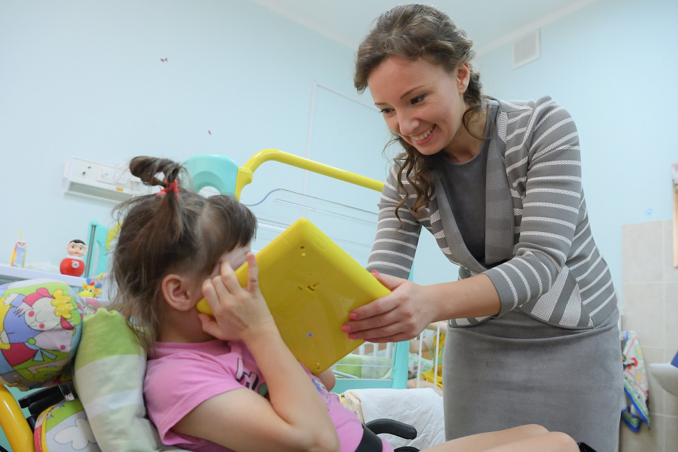 Анна Кузнецова посетила в больнице воспитанников детских домов-интернатов