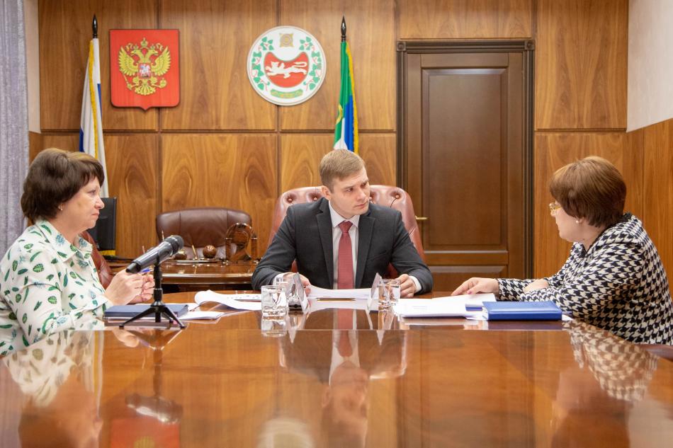 Глава Хакасии Валентин Коновалов провел рабочую встречу с Уполномоченным по правам ребенка в республике Ириной Ауль