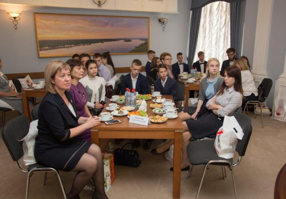 Круглый стол с участием выпускников организаций для детей, оставшихся без родителей, прошёл в Госсовете УР в рамках акции «Нужны друг другу»