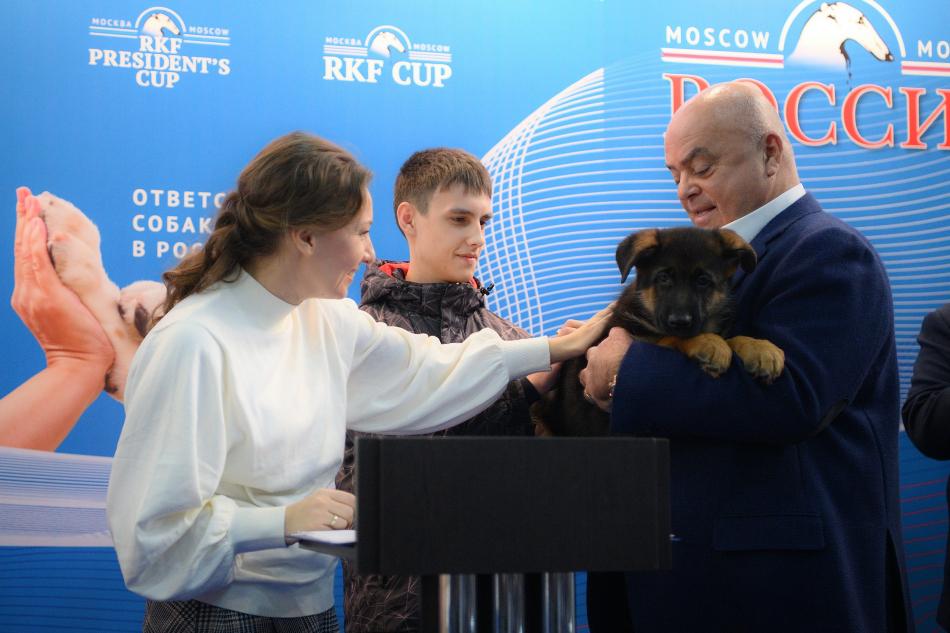 Российские кинологи поддержали идею Анны Кузнецовой и подарили щенка томскому подростку