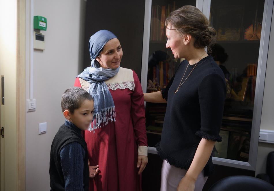 Анна Кузнецова обсудила с мамой Айши жизнеустройство девочки