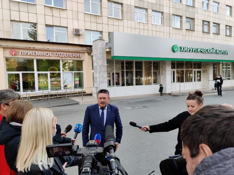 Игорь Мороков проведал в ОДКБ девочку из Карпинска