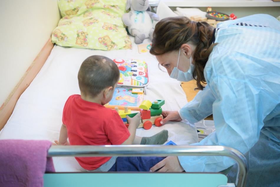 Анна Кузнецова навестила в больнице четверых детей, вывезенных из Сирии