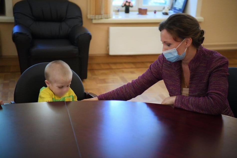 Анна Кузнецова навестила омского мальчика в московской больнице