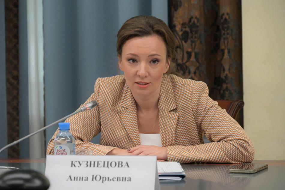 Анна Кузнецова вручила активистам отцовского движения благодарственные письма Президента России
